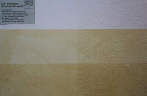 Die linke Seite des Bildes zeigt in ocker lasierte Sumpfkalkfarbe. Rechterhand der Kalk Streichputz.