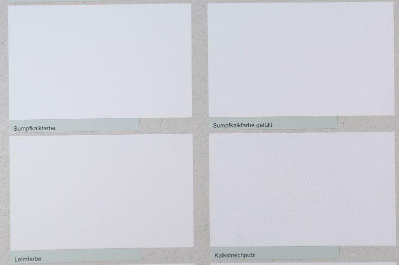 Sumpfkalkfarbe lässt sich aufrollen, Kalk-Streichputz wird mit einem Pinsel aufgetragen. Außerdem ist der Streichputz gröber (0,7mm) als die gefüllte Kalkfarbe (0,5mm).