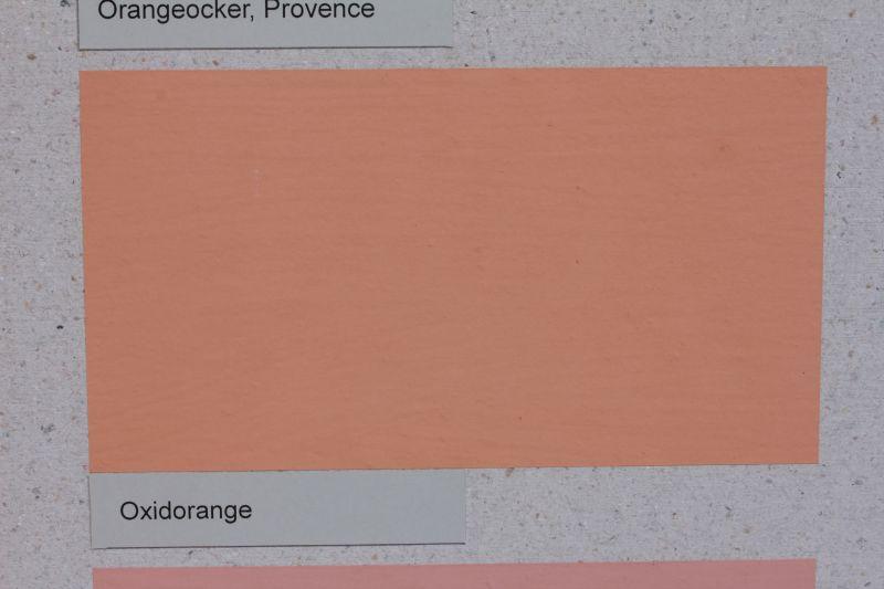 Die Vega Wandfarbe wird mit pflanzlichem Kasein gebunden und kann individuell pigmentiert werden (im Bild oxidorange)