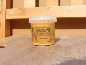 Mit Pigmenten (im Bild: ocker gelb) lässt sich die Kaseinfarbe individuell einfärben