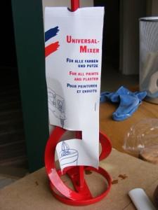 Ein Mixer (als Bohrmaschinen-Aufsatz) macht das Anrühren der Farbe einfach